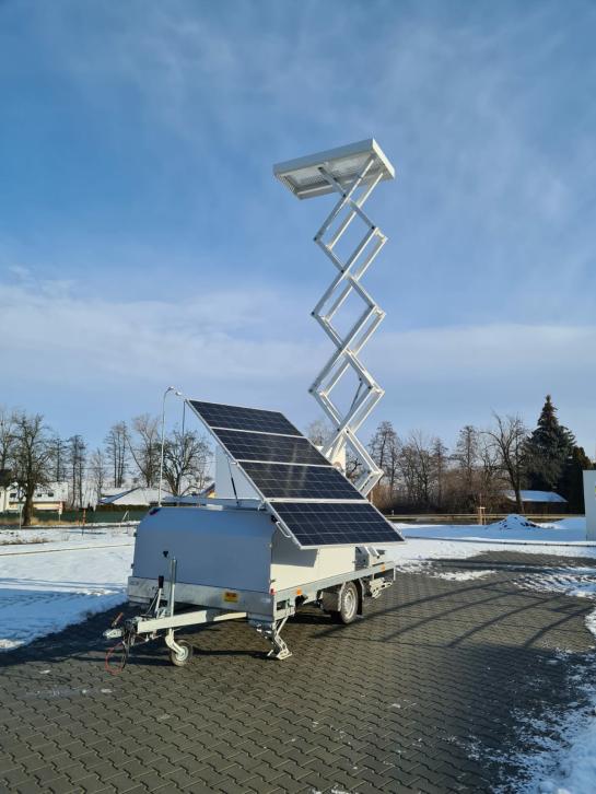 Nůžkový sloup se solárními panely
